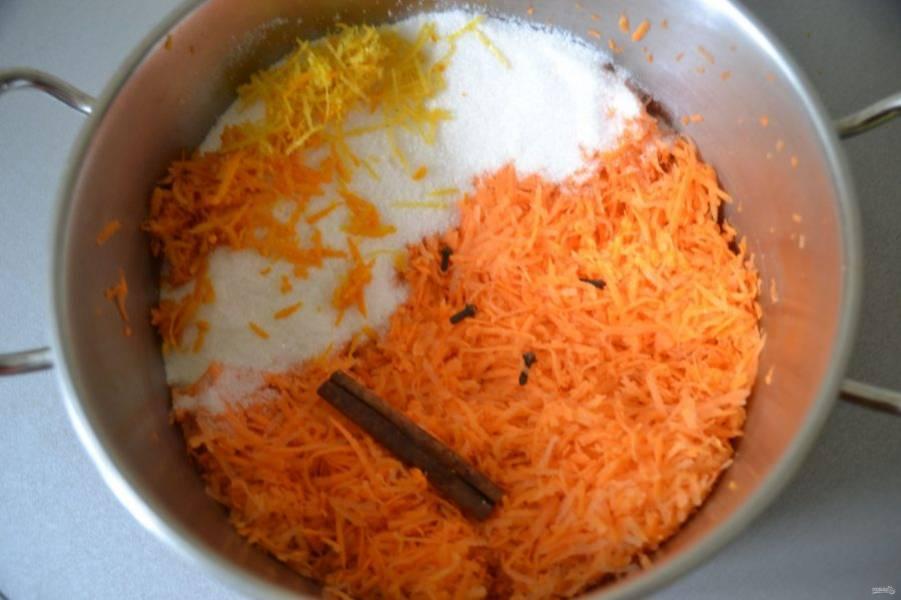 Всыпьте в кастрюлю с морковью сахар, добавьте корицу и гвоздику.