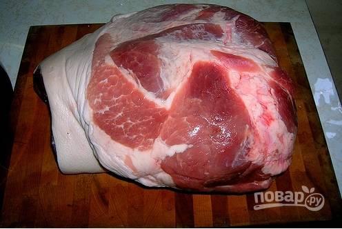 1. Свинину нарежем кусками и отварим 2 часа, пока мясо не будет легко разделяться руками на волокна.