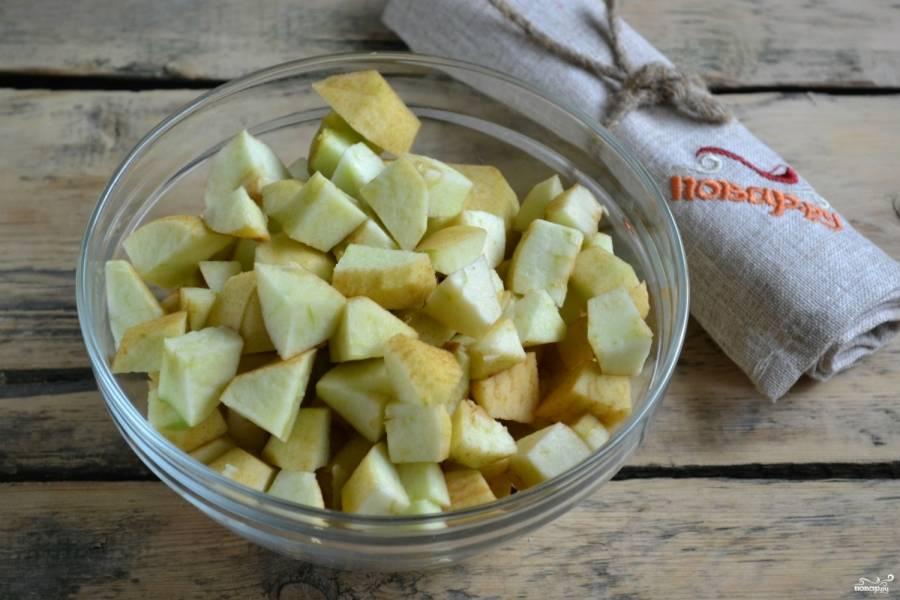 Яблоки очистите и порежьте на небольшие кубики.