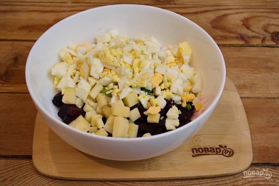 Отварите куриные яйца. Остудите и очистите  их, нарежьте кубиком и добавьте в салат.