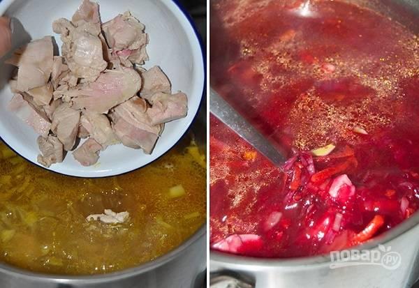 7. В бульон выложите мясо, предварительно нарезав его порционными кусочками, и свеклу.