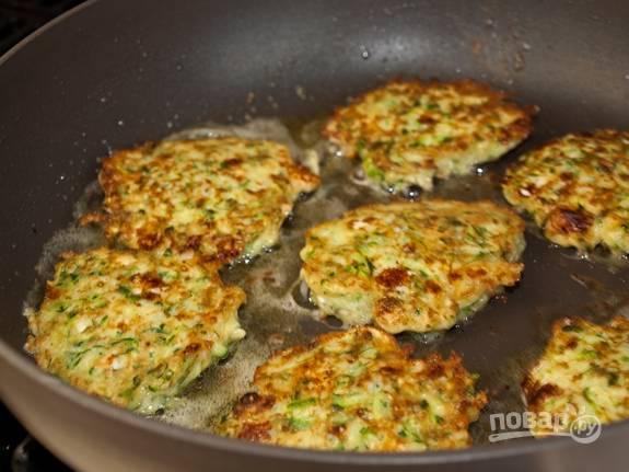5. Разогрейте сковороду с растительным маслом и выложите драники (воспользуйтесь ложкой). Обжаривайте их с двух сторон до золотистой корочки.