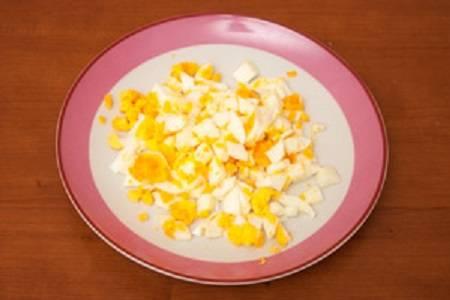 4. Сваренные яйца очистить и нарезать.