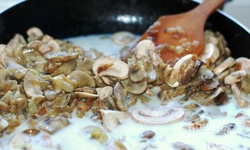 В сковороду к грибам добавляем сливки, доводим до кипения и затем с помощью блендера измельчаем содержимое в пюре.