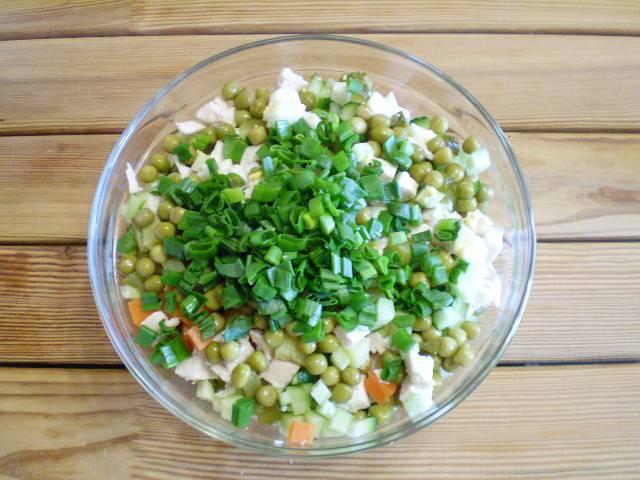 10. Добавляем зелень в салат.