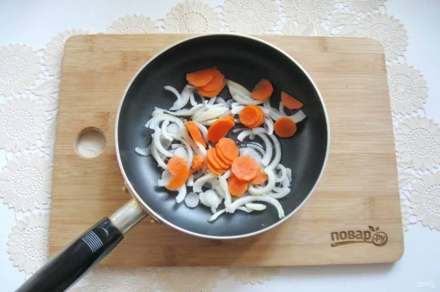 Морковь очистите, помойте и нарежьте. Добавьте в сковороду к луку. Налейте подсолнечное масло и тушите овощи 7-8 минут перемешивая.