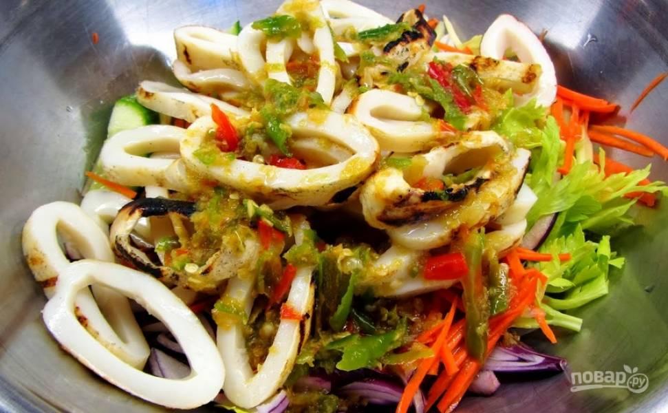 Добавьте к подготовленным овощам морковь, тертую на терке для корейской моркови. Также добавляем заправку. Перемешиваем.