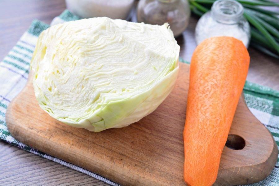 Подготовьте ингредиенты для приготовления квашеной капусты в пакете.