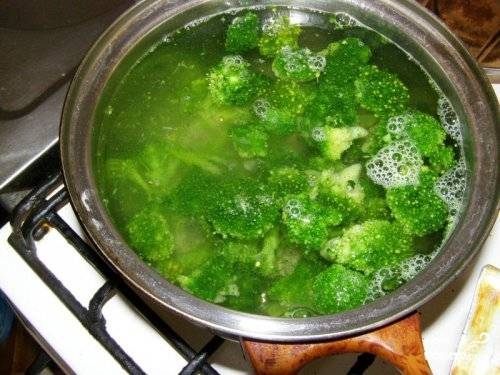 Опустить брокколи в кипящую подсоленную воду. Можно кинуть лавровый лист, только не забудьте потом его вынуть, иначе супчик может горчить!