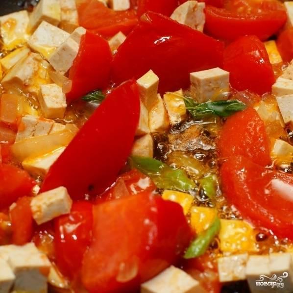 Затем добавляем в сковороду кубиками нарезанный сыр тофу и обжариваем вместе еще минут 5, не переставая помешивать. В самом конце, при желании, можно добавить немножко душицы (майоран).