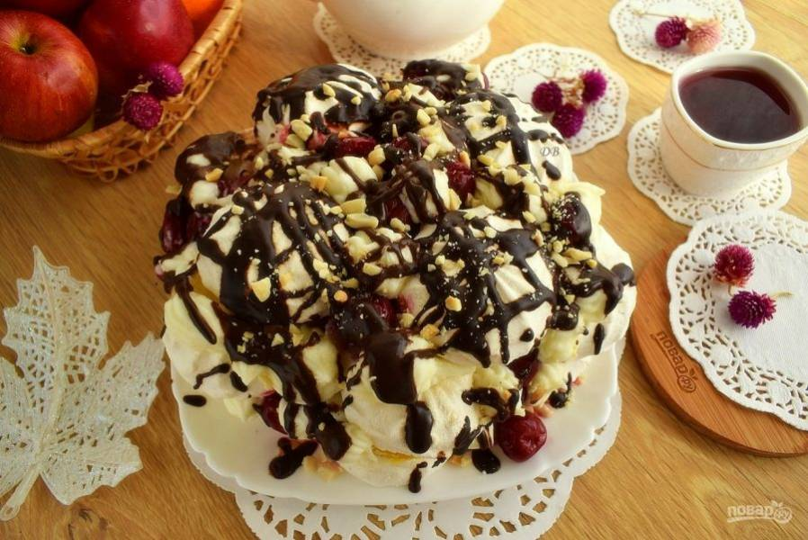 Шоколад и сливки растопите на медленном огне в кастрюльке с толстым дном, помешивая лопаткой. Поместите глазурь в плотный полиэтиленовый пакетик, сделайте маленький надрез. Сделайте хаотичные узоры из глазури по верху торта. До подачи поставьте торт в холодильник.