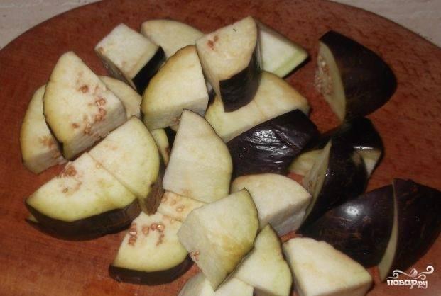 Все овощи хорошо помойте и почистите. Нарежьте всё довольно крупными кусками, только помидоры нарежьте мелко.