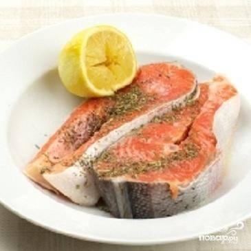 2.Теперь рыбу надо замариновать.  Перемешать прованские травы с солью и втереть эту смесь в кусочки рыбы с двух сторон.  Выдавить лимонный сок и хорошо побрызгать им каждый кусочек. Теперь минут 15-20 рыбка должна мариноваться.