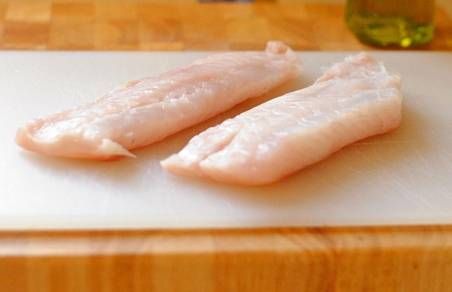 Филе минтая разморозить, порезать на кусочки желаемого размера, затем хорошенько промыть под холодной водой и обсушить.