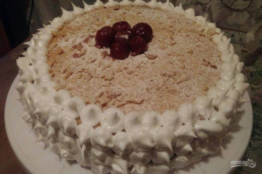 12. Я украшаю торт всегда безе, а в середину выкладываю или крошку, орехи, или фрукты (ягоды).