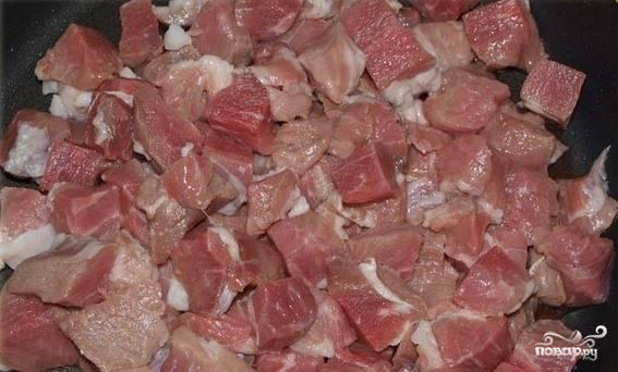 Мяско зачистите от пленочек, жира, костей, жилок. Выбирайте нежирный кусочек, подойдет лопатка или задняя часть. Вымойте, обсушите кусок и разрежьте свинину на равные небольшие кусочки.