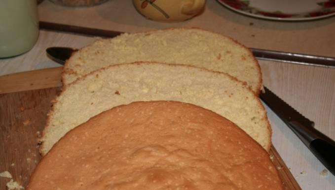 Бисквит остудите и разрежьте на три коржа.