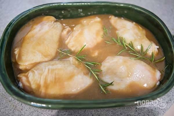 2.Вылейте соус в емкость с куриными бедрами, между кусочками курицы положите веточки розмарина.