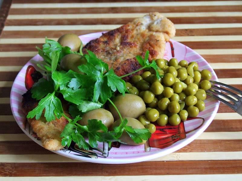 Готовое блюдо подаем к столу с зеленым горошком, зеленью и маслинами или оливками. Приятного аппетита!