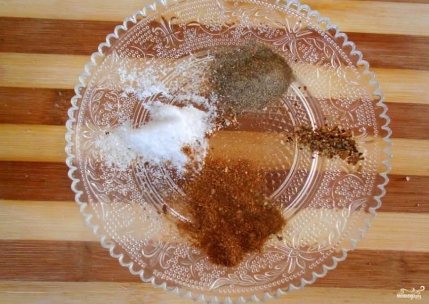 5.В небольшой емкости смешайте специи и муку. Добавьте соль и сушеные травы. Еще раз перемешайте.