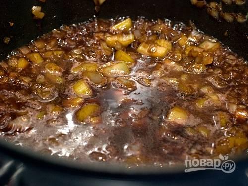 3. Добавьте в ту же кастрюлю бульон, нарезанный сельдерей и лук. Тушите на среднем огне в течение 3-5 минут. Влейте красное вино и выпарите алкоголь.