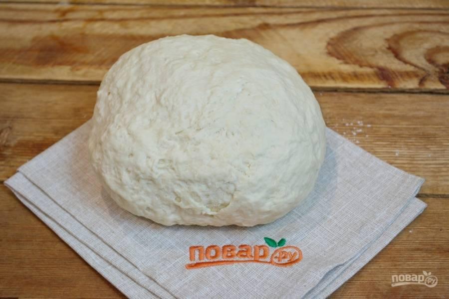 В самом конце заместа введите в тесто 2 ст. ложки толоконного масла. Вместо него можно взять растительное, доступное вам. Соберите тесто в шар. Поместите в миску. Затяните миску пленкой и дайте тесту подняться. Как только тесто поднимется (1,5 часа), его следует обмять и снова дать подняться. Снова обмять.