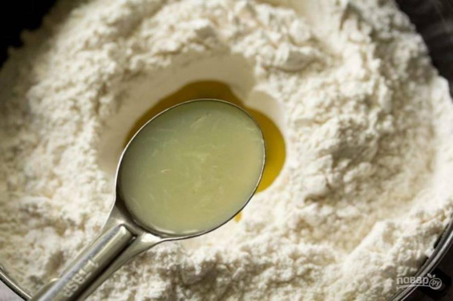 Сделайте углубление в мучной смеси посередине  и влейте масло и сок лимона.
