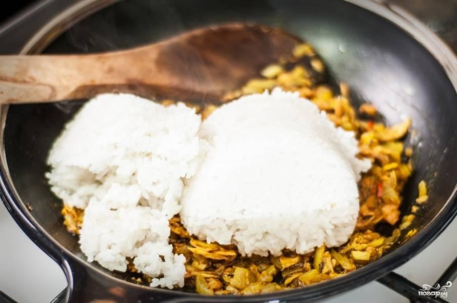 Помешайте. Теперь к тунцу, специям и луку с перцем Чили добавляем варёный рис.
