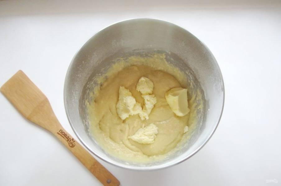 Выложите мягкое сливочное масло.