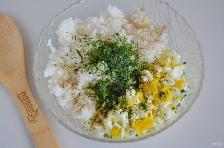Отварите в подсоленой воде рис до готовности. Отварите и очистите яйца, порубите мелко их ножом. Добавьте измельченную зелень, соль, перец и начинка готова!