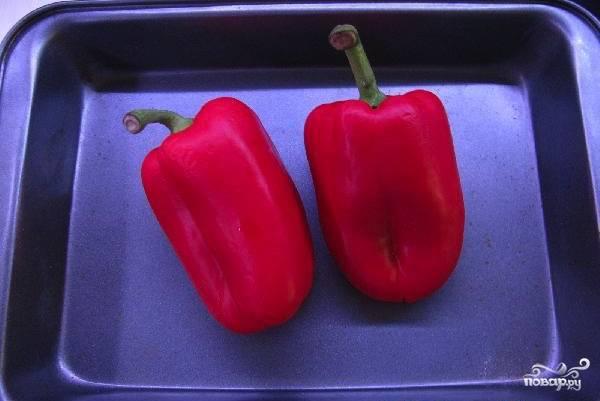 Два сладких перца обмойте и высушите. Затем, не разрезая, выложите их на противень без масла. Перец запеките втечение получаса при температуре 180 градусов, а затем снимите с него шкурку, очистите от семян, нережьте мелко и добавьте в соус к луку и помидорам. Тушите соус, пока все овощи не станут мягкими.