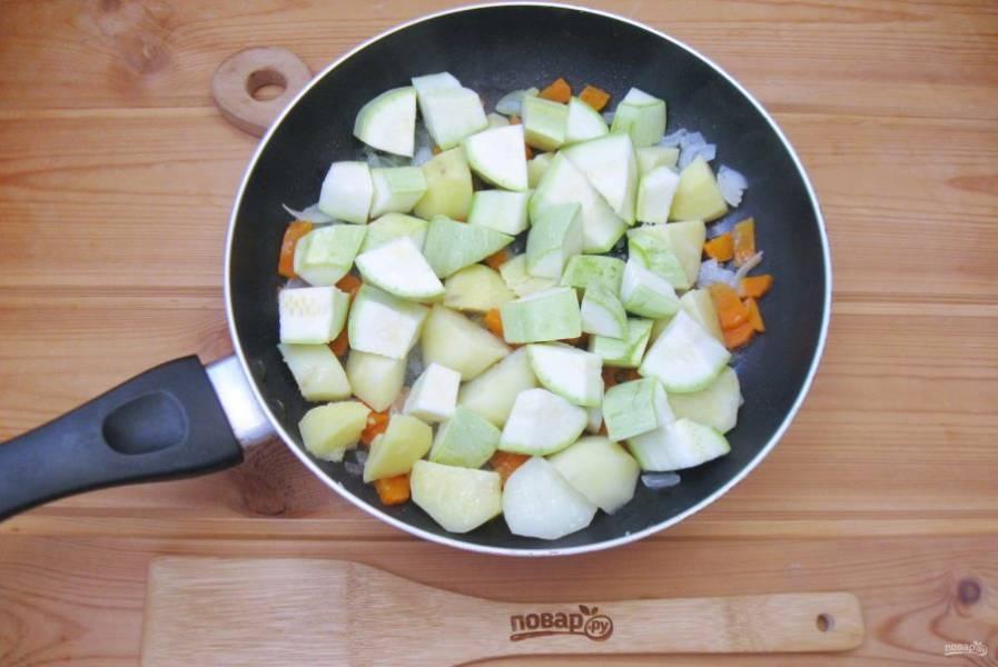 После добавьте нарезанный кубиками кабачок.