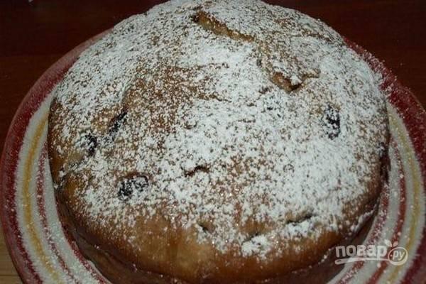 Переложите пирог на сервировочное блюдо и посыпьте сахарной пудрой.