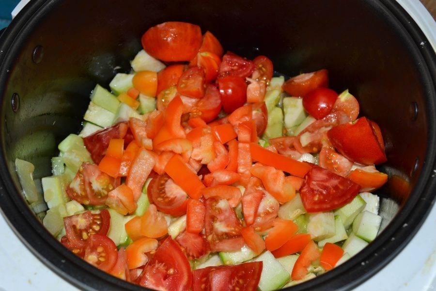 Затем положите в чашу мультиварки помидоры и сладкий перец.