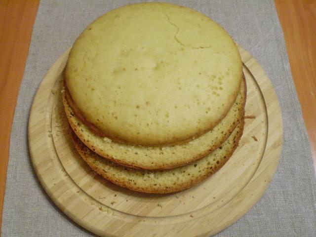 7. Режем бисквит на коржи.