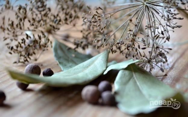 Добавьте к сливе перец горошком, зонтики, лавровый лист и воду.