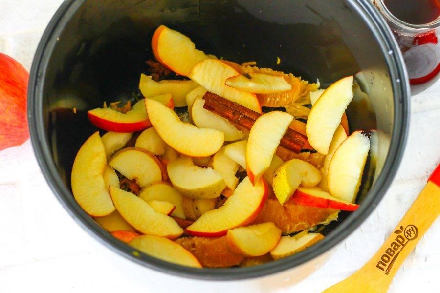 Промойте грушу и яблоко в воде, разрежьте пополам каждый фрукт и удалите семенные блоки. Затем нарежьте ломтиками прямо в чашу мультиварки.