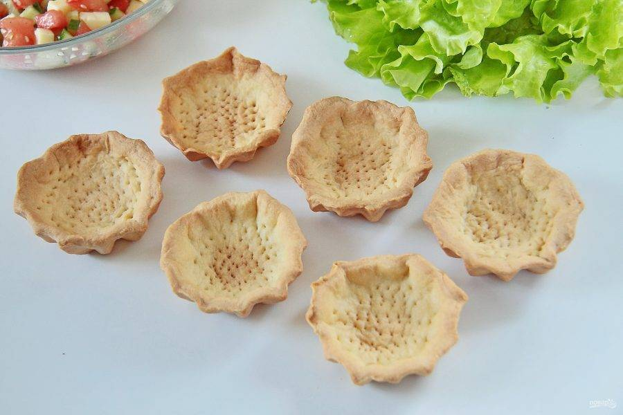 Подготовьте заранее купленные или приготовленные самостоятельно тарталетки. Тарталетки нам понадобятся несладкие, я испекла для этого рецепта сама, из песочного теста.
