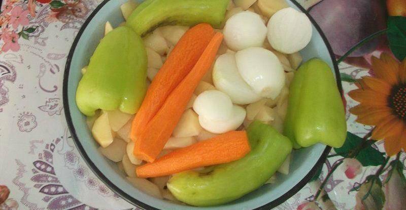 3. Овощи, в общем-то, тоже режем, как вам нравится, и бросаем в суп тогда, когда уже и курица, и картофель практически будут готовы.