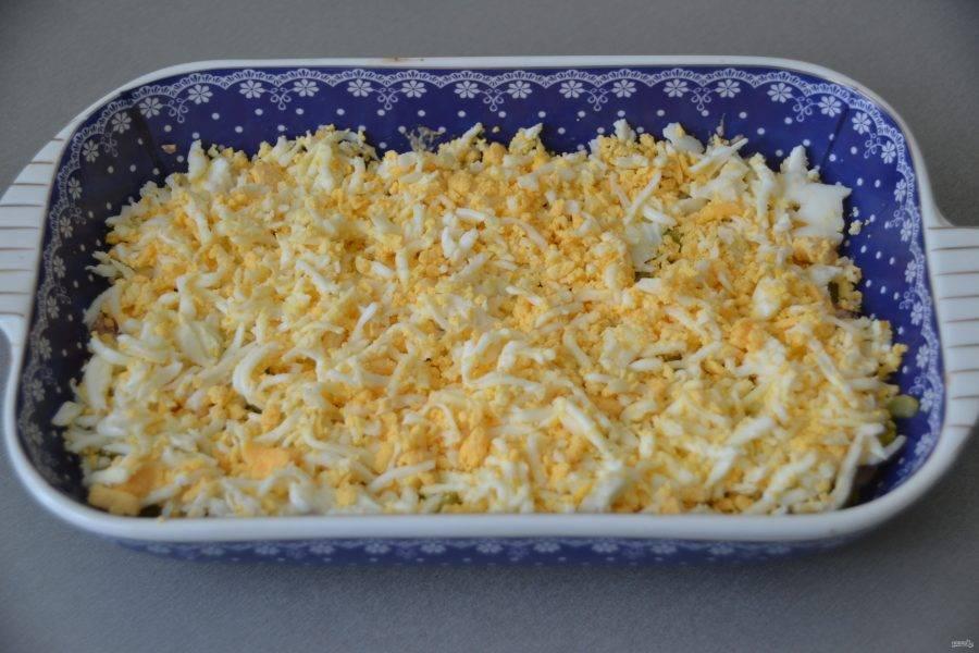 Выложите сверху натертые на терке яйца.