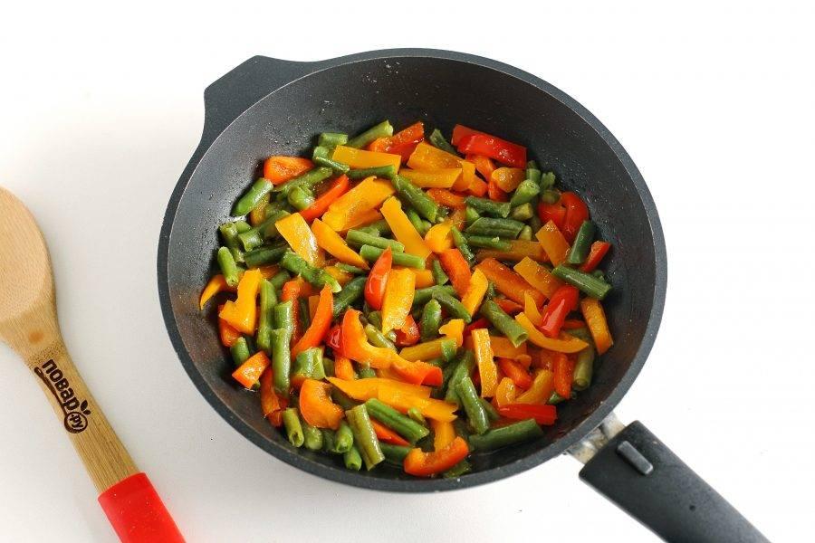 Обжарьте все вместе в течение 3-5 минут.