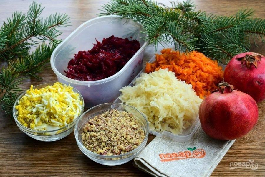 Овощи натрите на средней терке, яйца и орехи измельчите.