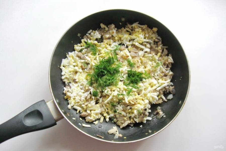 Укроп или петрушку мелко нарежьте и добавьте в начинку.