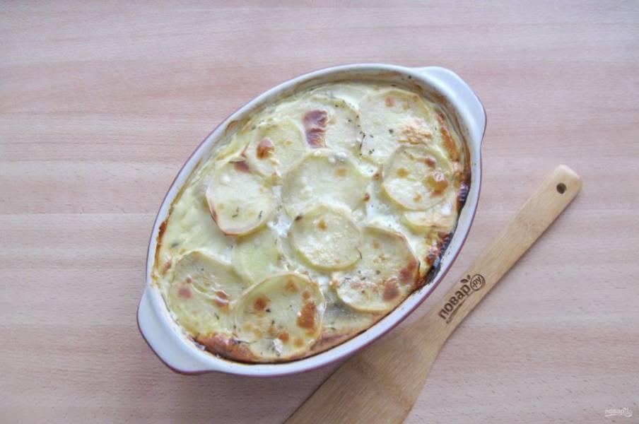 Запекайте блюдо в духовке, заранее разогретой до 180 градусов 50-60 минут.