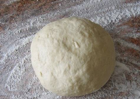 1. Для начала необходимо замесить тесто. Соединить яйцо с водой и мукой. Добавить щепотку соли и вымесить крутое тесто, как на вареники.