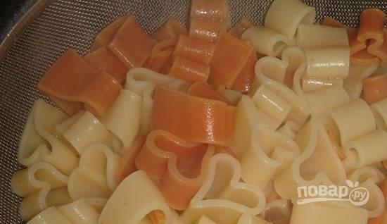 Тем временем отварите макароны до готовности, добавив в воду немного масла.