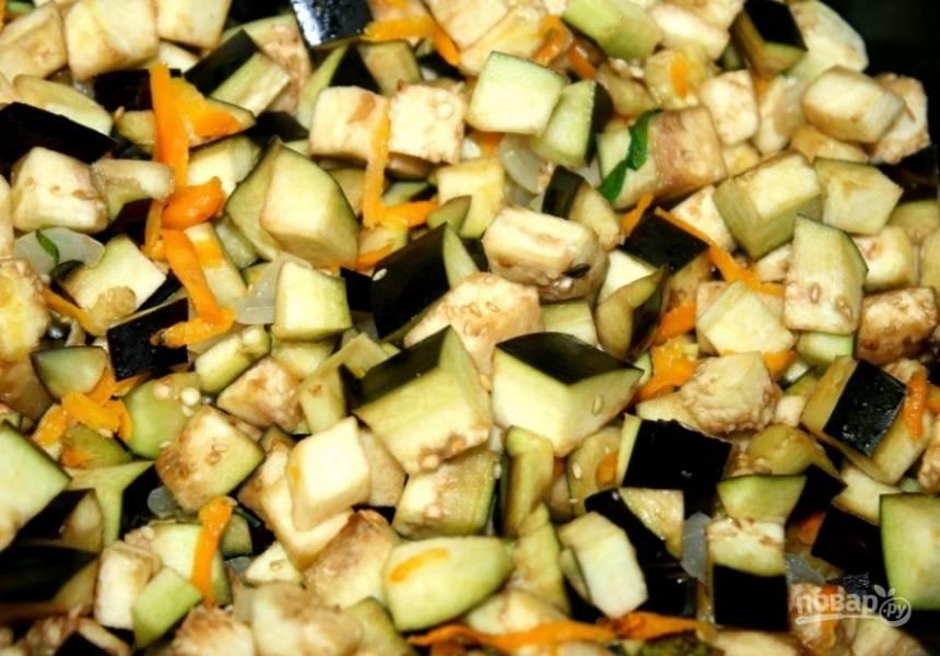 3. Наливаем растительное масло и первым делом обжариваем лук и морковь. Затем добавляем баклажаны.