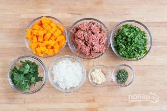 1.Сперва подготовьте все ингредиенты: пропустите через мясорубку баранину, нарежьте мелко зелень, чеснок. Очистите тыкву от кожуры и нарежьте ее крупными кубиками, лук нарежьте маленьким кубиком.