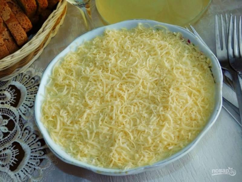 И сверху посыпьте салат сыром, натертым на мелкой терке. Дайте салату немного постоять в холодильнике, чтобы он пропитался. Приятного аппетита!