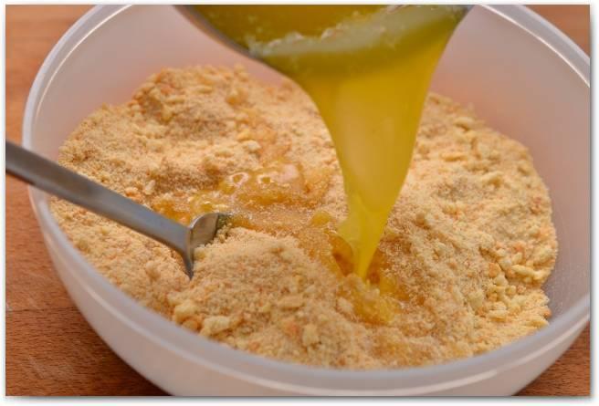 Измельченное печенье смешайте с растопленным сливочным маслом.